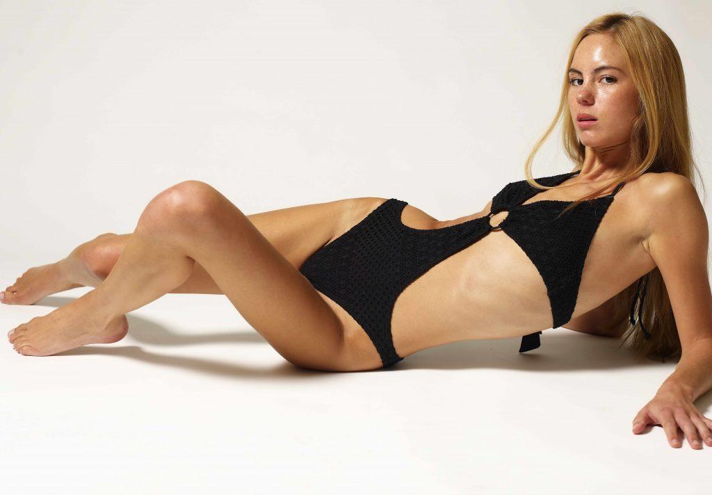 schönes Mädchen mit Sommersprossen und schlankem Körper